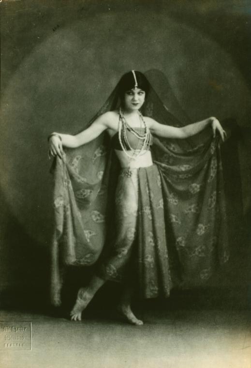 Danseuse orientale - photo en noir et blanc de 1921