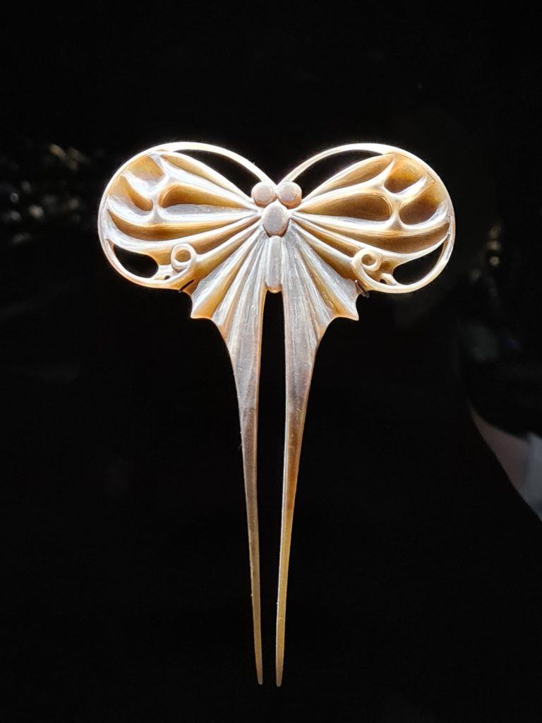 Epingle à cheveux en corne représentant un papillon